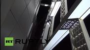 52-годишен катерач изкачва най-високия усукан небостъргач в света