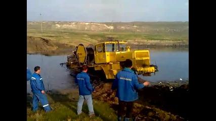 Верижен трактор минава през дълбока река