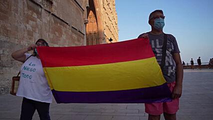España: Manifestantes protestan contra la monarquía fuera de residencia de la familia real en Mallorca