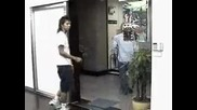 Странен пич пред автоматична врата