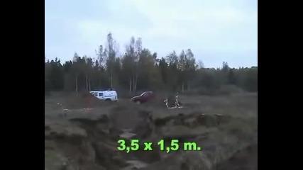 Танк преминава през дълбока яма с лекота бавно и бързо