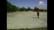 Мъж Прескача Движеща Се Кола!!!(екстремно)