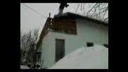 Скачане в снега от втория етаж 2