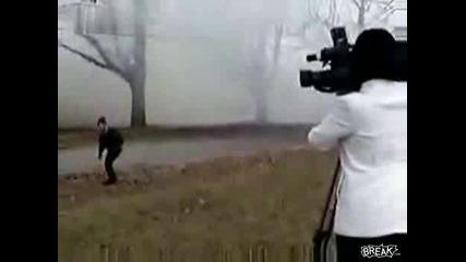 Луда Жена Атакува Репортери