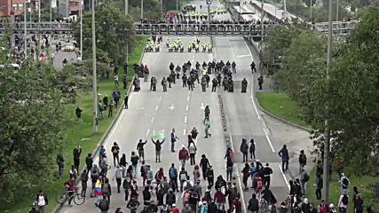 Colombia: Scuffles break out as 15k students shut down Bogota highway