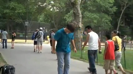 Пич Се Базика С Хората В Парка