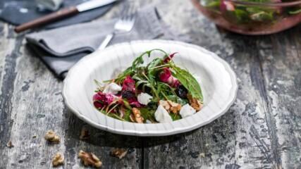 Салата от зеленолистни зеленчуци с малинов дресинг | Бон Апети | 24Kitchen Bulgaria