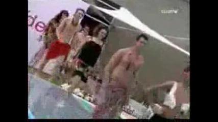 Манекенка пада в басейн по време на модно ревю
