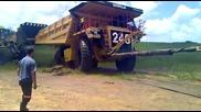 Булдозер издърпва 70 тонен заседнал камион
