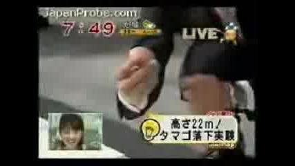 Японец Хвърля Яйце От 22 М.без Да Го Счупи