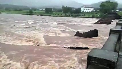100-годишен мост се срути в Индия, затрупа хора и коли