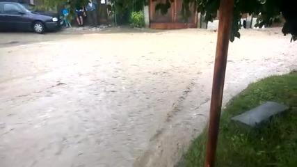 Наводнения и в Троян, евакуираха 6-членно семейство