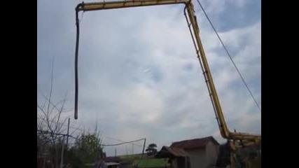 Разпъване на стрела на бетон помпа.
