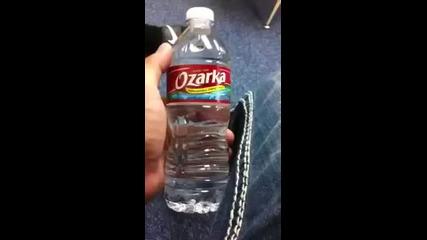 Бързо пиене на шише вода