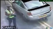 Нокаутира полицай с крак