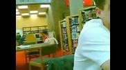 Момиче пощурява в библиотека ! Смях !