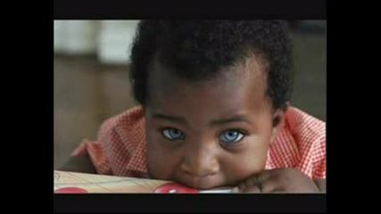 Чернокожо Бебе С Кристално Сини Очи