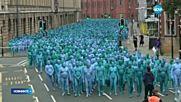 АРТ ИНСТАЛАЦИЯ: Хиляди голи хора се боядисаха в синьо