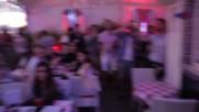 Симпатична мацка със саксофон възпламенява с музика публиката в нощен клуб