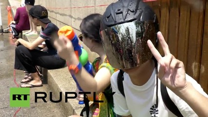 В Тайланд празнуват Сонгкран ( Нова година) с водни битки по улиците