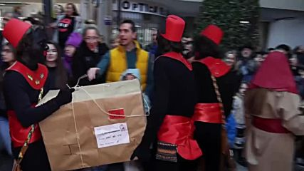 Spain: Teenagers don blackface and hand out gifts to children in parade