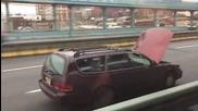 Това не се вижда всеки ден - Шофьор кара с отворен капак на колата!