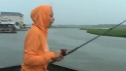 Момиче Лови Риба