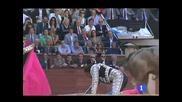 Тореадорът Julio Aparicio на косъм от смъртта.бик го пробожда през гърлото