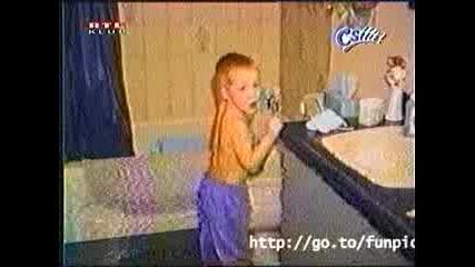 Лоша Тоалетна Напада Дете