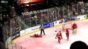 Хокеисти се бият по време на мач снимано от очевидец.
