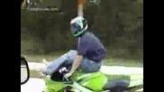 Моторист Седнал На Резервоара