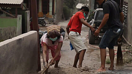 Indonesia: Locals clean up ash-covered streets after Mount Sinabung eruption