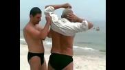 Пиян руснак на плажа си облича ... гащите