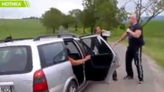 Вижте какво се случва, когато чешки бодибилдер хваща роми измамници!