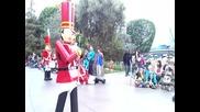 Гаф при парад на играчките в Дисниленд