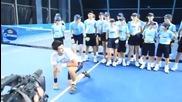 Джокович се забавлява с децата, гонещи топките на турнира в Лондон
