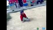 Пияно четиригодишно дете (без коментар) [ne si mislq roditelite mu kakvi sa]