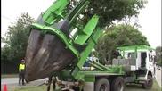 Как се пренася дърво на мястото на бъдещ автомобилен път !!