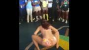 Дори и бременно , шантаво момиче показа на публиката ,как се танцува Twerk !