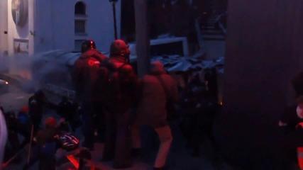 Протестиращи пребиват полицаи - Украйна 20.01.2014
