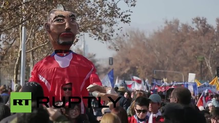 Chile: Effigies of football stars Sanchez and Vidal assist education activists