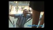 Скрита камера - секси маце на ескалатор