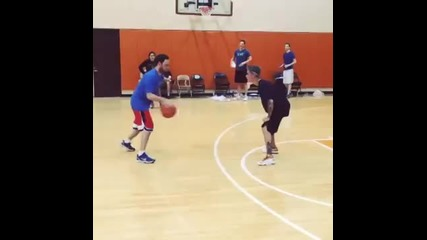 Джъстин пада докато играе баскетбол ;д