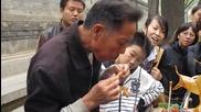 Уличен търговец показва интересна техника за правене на захарни фигурки!