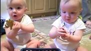Близнаци имитират кихащия си баща