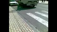 Полицаи се чудят как да санкционират шофьор(2)