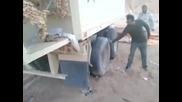 Шофьор на камион показва моментално помпане на гума!
