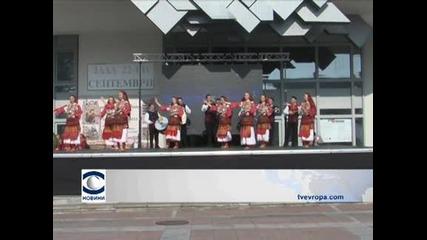 С народна музика и танци празнуват Коледа в Благоевргард