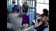 Баба куфее в градския транспорт