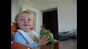 Бебе се смее като Уди Кълвача !